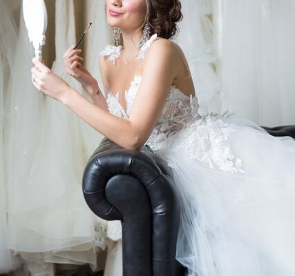 bride doing makeup
